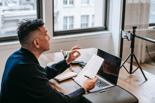 Maestro enseñando online